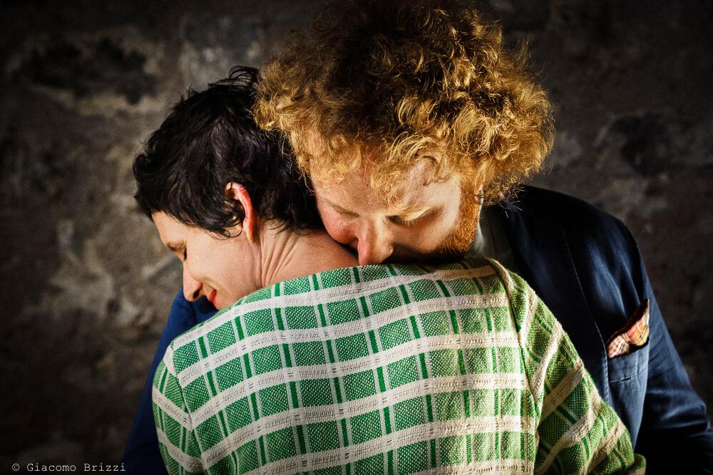 Dettaglio abbraccio sposi al Matrimonio di Ameglia