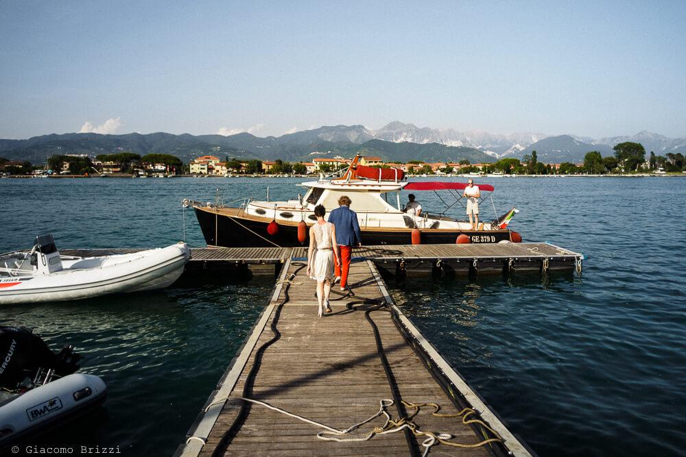 Gli sposi raggiungono la barca al Matrimonio di Ameglia