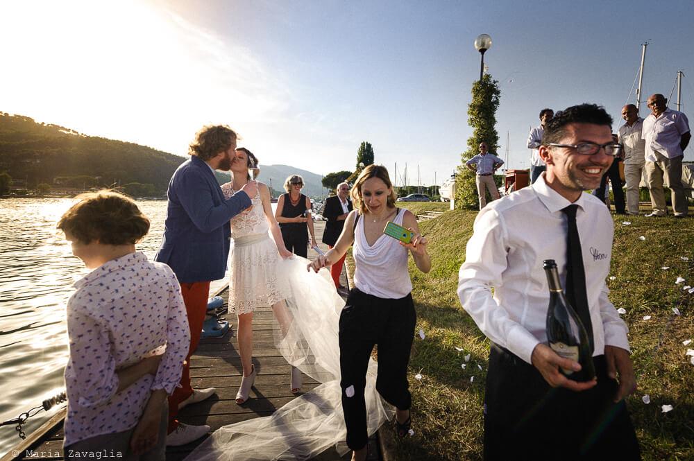 Gli sposi scendono dalla barca al Matrimonio di Ameglia