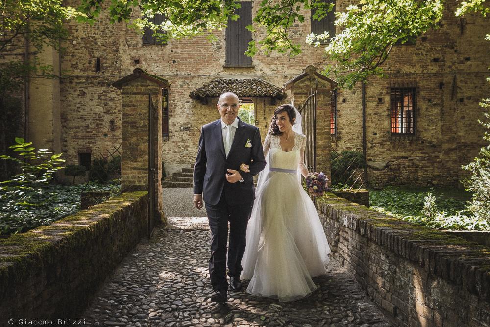 La sposa arriva al castello fotografo matrimonio Castello di Paderna a Pontenure