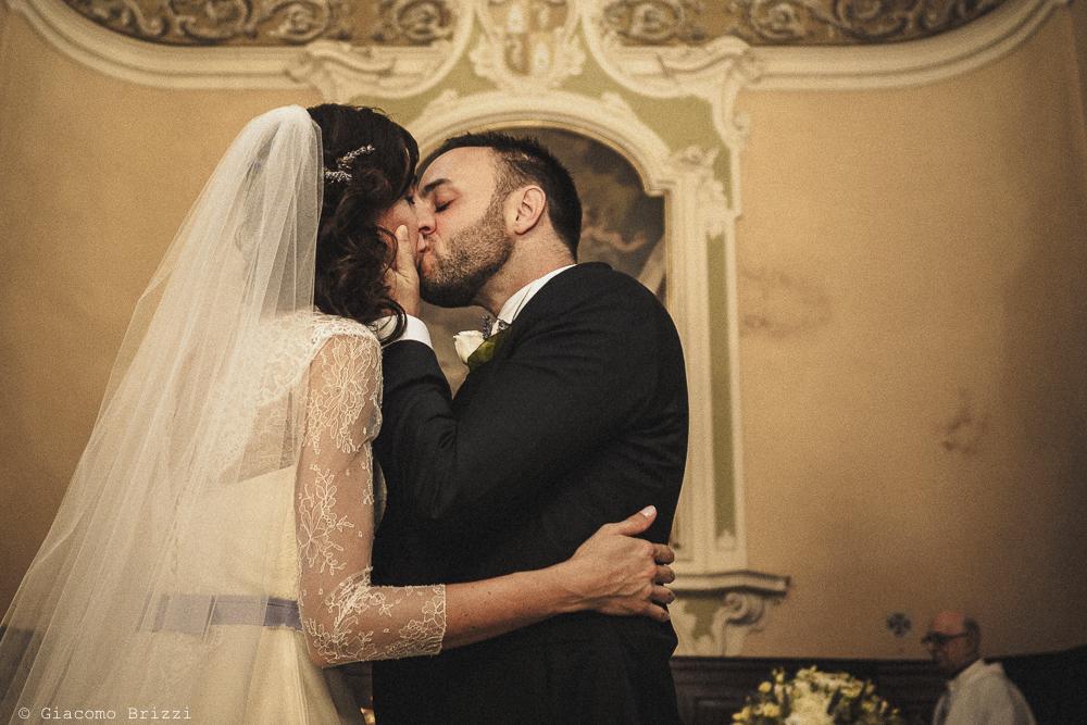 Il bacio tra gli sposi matrimonio Castello di Paderna a Pontenure