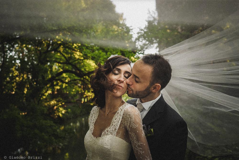 Un abbraccio tra gli sposi matrimonio Castello di Paderna a Pontenure