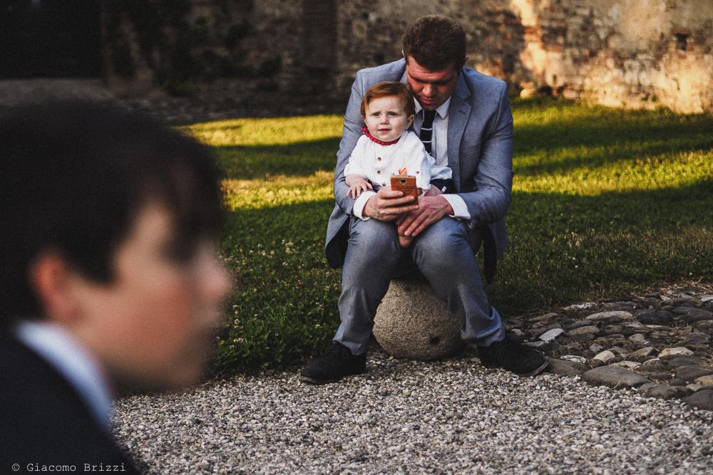 Un bimbo in braccio al padre matrimonio Castello di Paderna a Pontenure