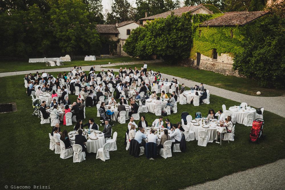 Foto di insieme sui tavoli del ricevimento matrimonio Castello di Paderna a Pontenure