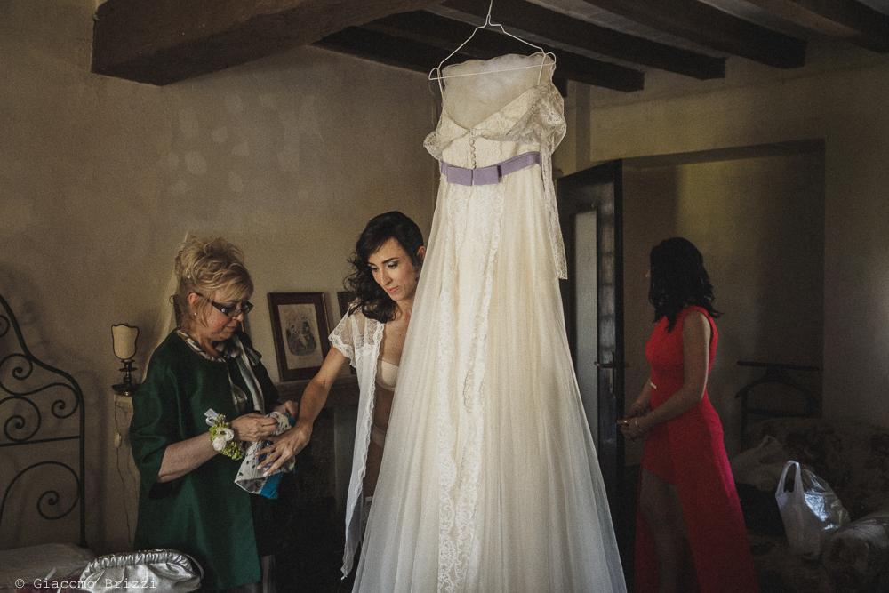 La vestizione della sposa fotografo matrimonio Castello di Paderna a Pontenure