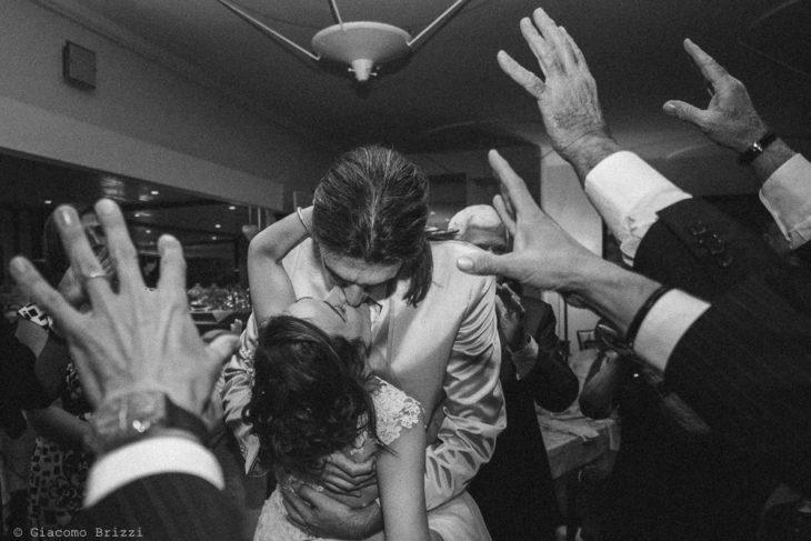Il bacio appassionato degli sposi, fotografo ricevimento matrimonio a pisa, palazzo dei dodici