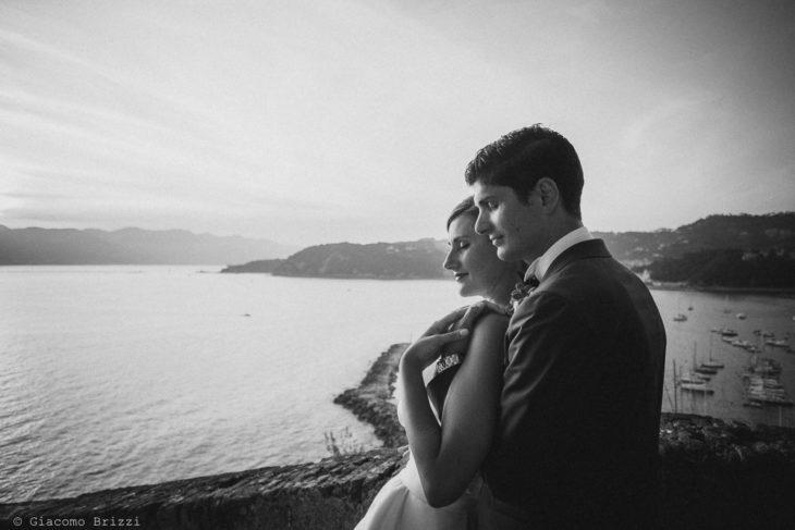 Ritratto dell'abbraccio dei due sposi con sullo sfondo il Golfo dei Poeti, fotografo matrimonio ricevimento castello di lerici