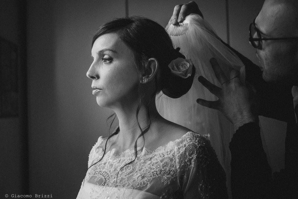 La sposa indossa il velo, fotografo matrimonio ricevimento hotel europa, lerici