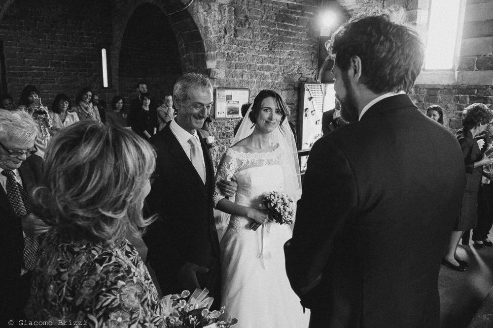 Lo sposo accoglie la sposa all'altare, fotografo matrimonio ricevimento hotel europa, lerici