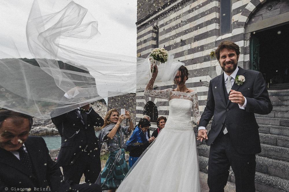 Gli sposi escono dalla chiesa di S. Pietro, fotografo matrimonio ricevimento hotel europa, lerici
