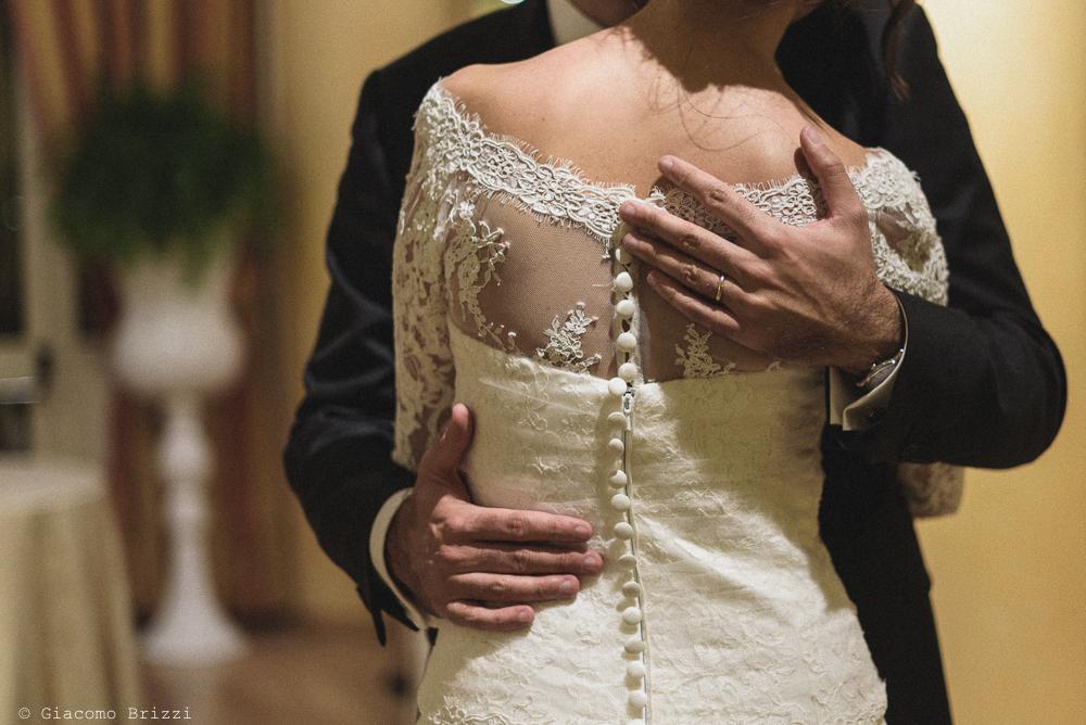 Un abbraccio dello sposo alla sua sposa, fotografo matrimonio ricevimento hotel europa, lerici