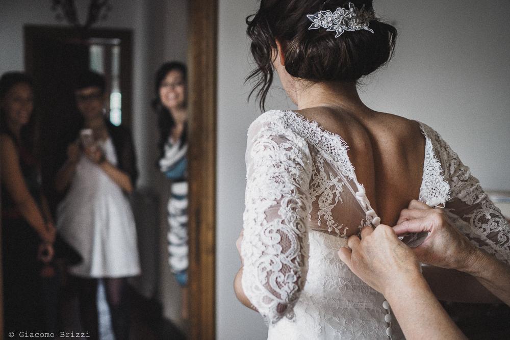 La sposa si prepara e scherza con le amiche, fotografo matrimonio ricevimento hotel europa, lerici