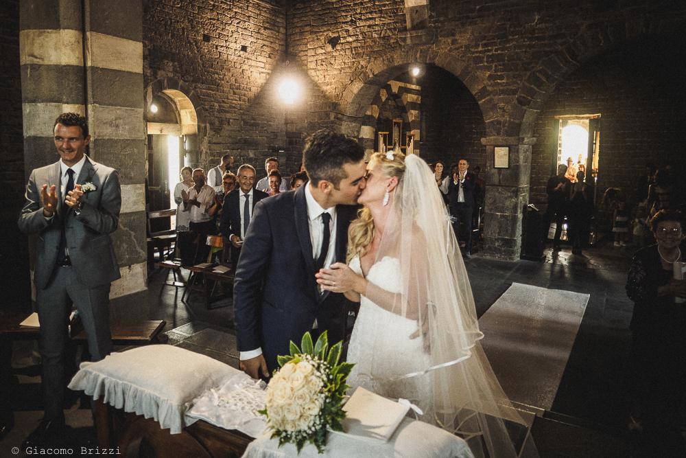 Gli sposi si baciano sull'altare, fotografo matrimonio ricevimento le terrazze, portovenere