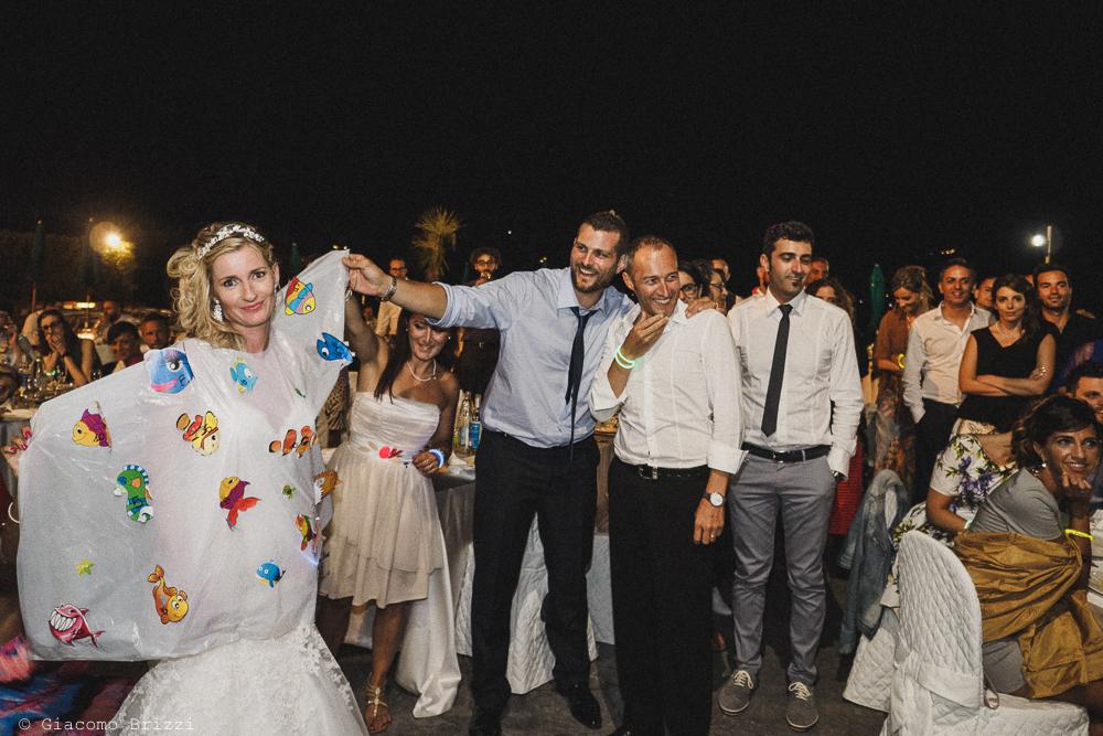 La sposa tra gli invitati, fotografo matrimonio ricevimento le terrazze, portovenere