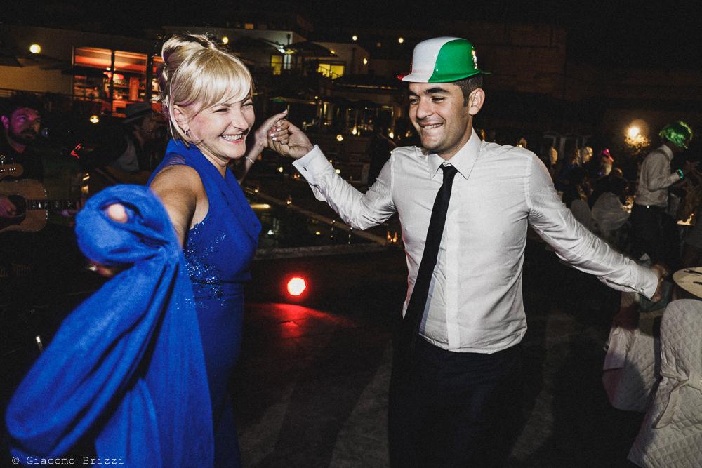 Un invitata balla con lo sposo, fotografo matrimonio ricevimento le terrazze, portovenere