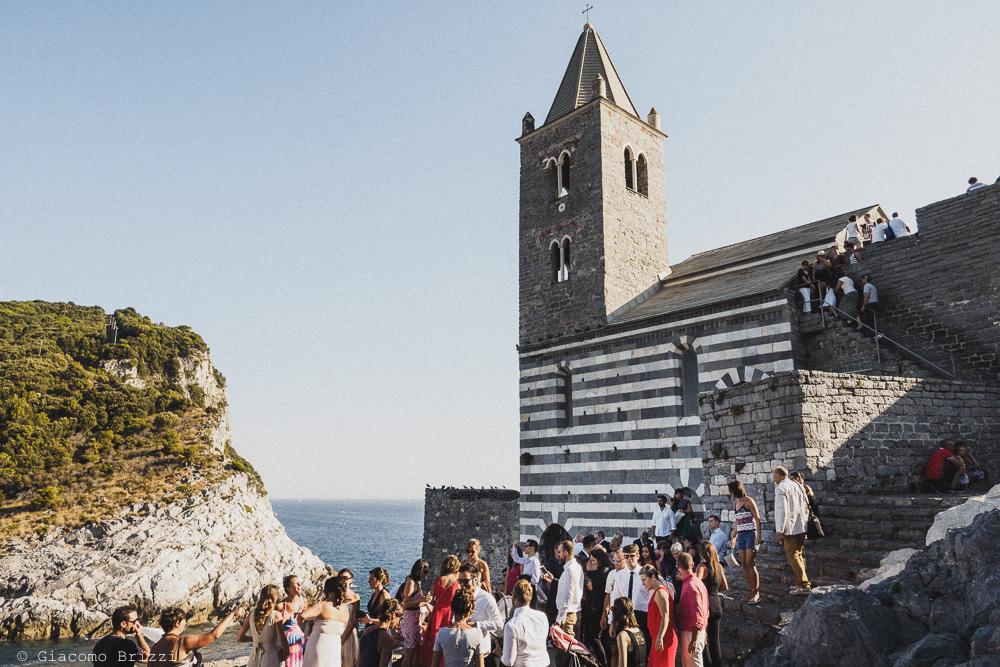 Un inquadratura generale degli invitati davanti la chiesa, fotografo matrimonio ricevimento le terrazze, portovenere