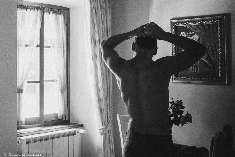 Lo sposo di spalle, fotografo matrimonio ricevimento ponte del vegnuti, ceserano