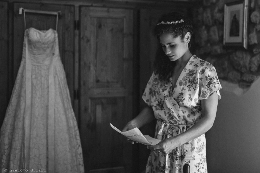 Lettura degli ultimi particolari, fotografo matrimonio ricevimento ponte del vegnuti, ceserano