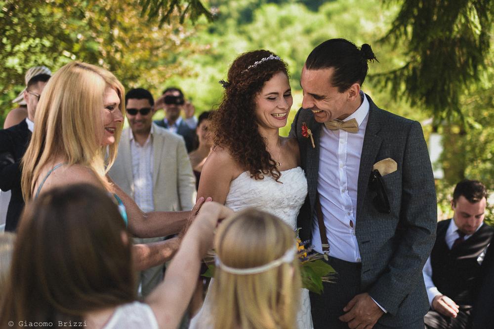 Un abbraccio tra gli sposi,fotografo matrimonio ricevimento ponte del vegnuti, ceserano