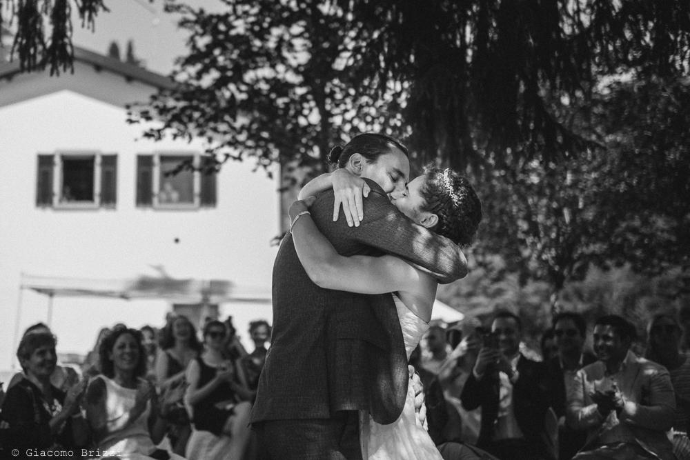 Abbraccio romantico tra gli sposi, fotografo matrimonio ricevimento ponte del vegnuti, ceserano