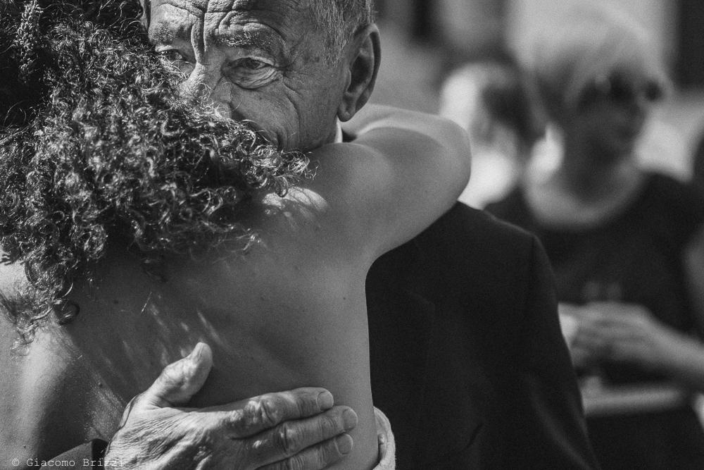 Un abbraccio alla sposa, fotografo matrimonio ricevimento ponte del vegnuti, ceserano