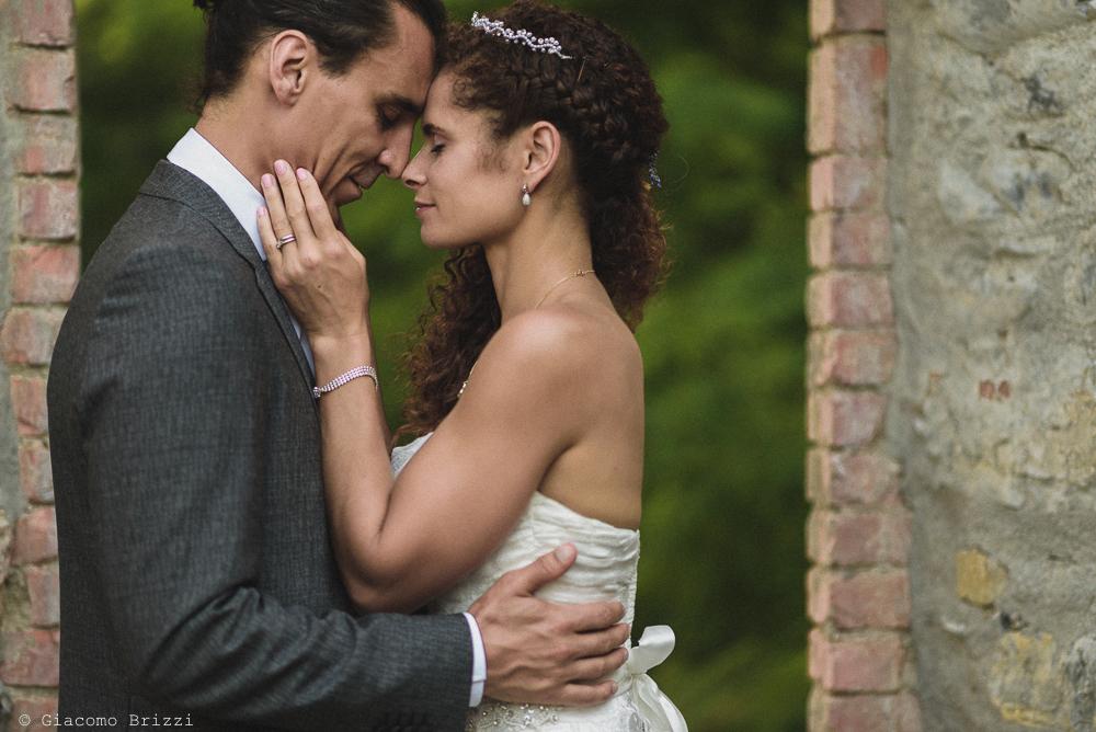 Sguardo intenso tra gli sposi, fotografo matrimonio ricevimento ponte del vegnuti, ceserano