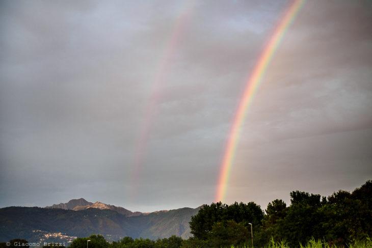L'arcobaleno spunta a salutare gli sposi, fotografo matrimonio ricevimento Sunset, Forte dei Marmi