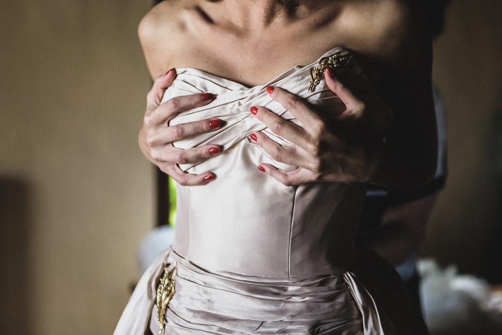 La sposa indossa l'abito matrimonio ricevimento terre di nano