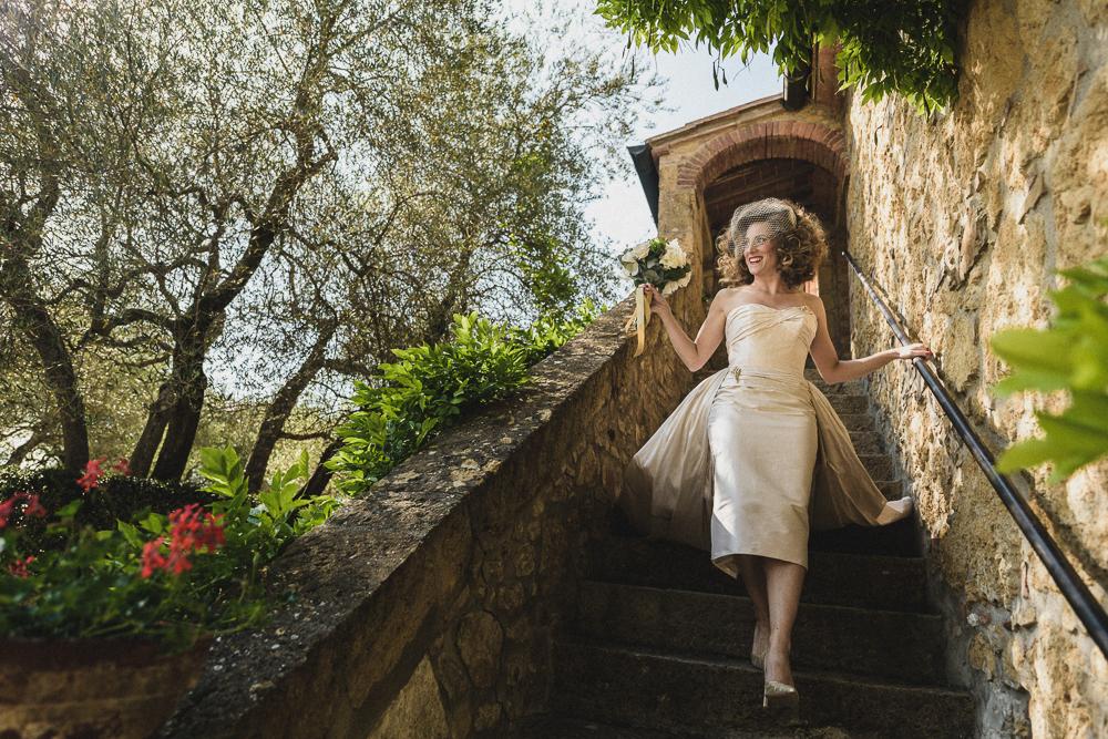 La sposa scende le scale esterne matrimonio ricevimento terre di nano