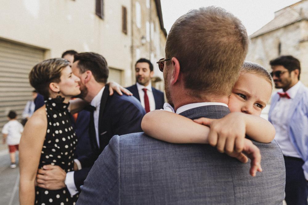 Abbracci tra gli invitati matrimonio ricevimento terre di nano