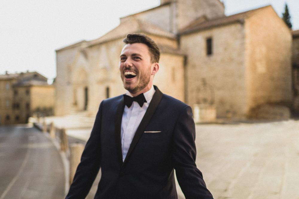 Lo sposo sorride matrimonio ricevimento terre di nano