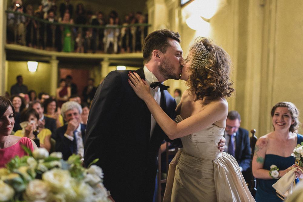 Bacio degli sposi durante la cerimonia matrimonio ricevimento terre di nano