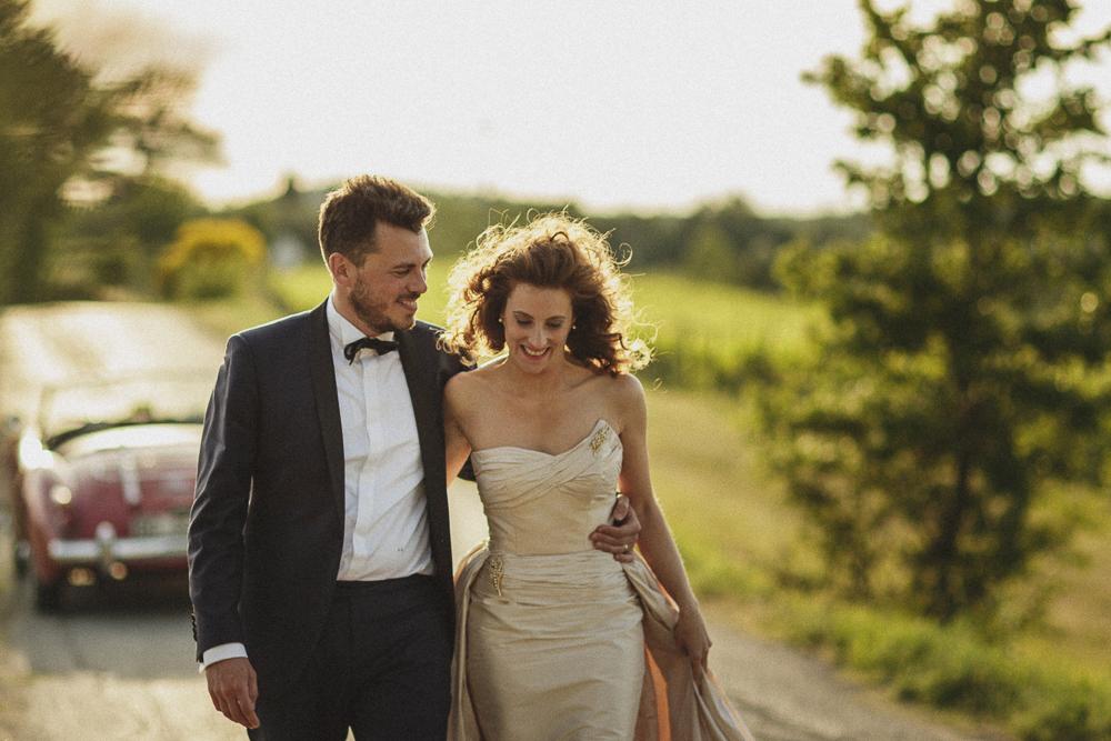 Gli sposi a braccetto matrimonio ricevimento terre di nano