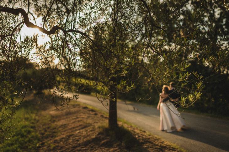 Gli sposi lungo un viale matrimonio ricevimento terre di nano