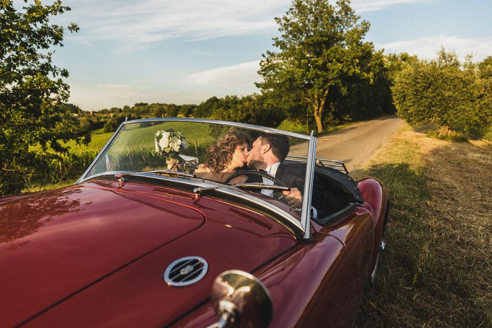 Gli sposi si baciano in auto matrimonio ricevimento terre di nano