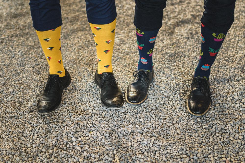 Inquadratura spiritosa sui calzini degli invitati al ricevimento matrimonio ricevimento terre di nano