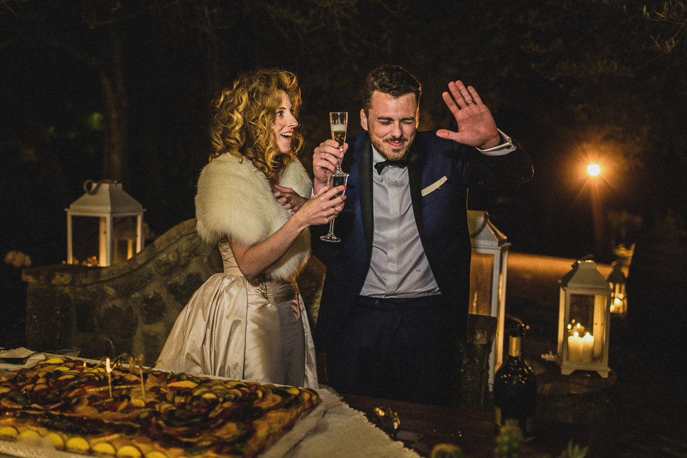 Un momento divertente degli sposi al ricevimento matrimonio ricevimento terre di nano