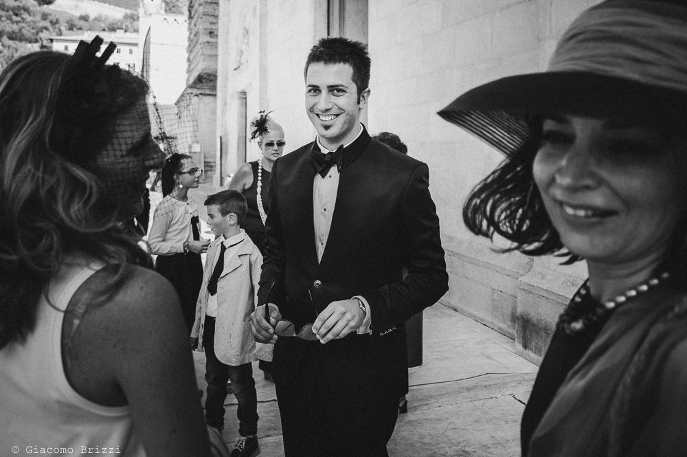 Lo sposo in attesa fuori la chiesa, fotografo matrimonio ricevimento villa fanini, Lucca