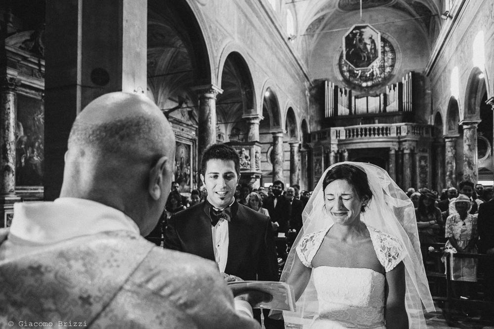 I due sposi all'altare durante la cerimonia, fotografo matrimonio ricevimento villa fanini, Lucca