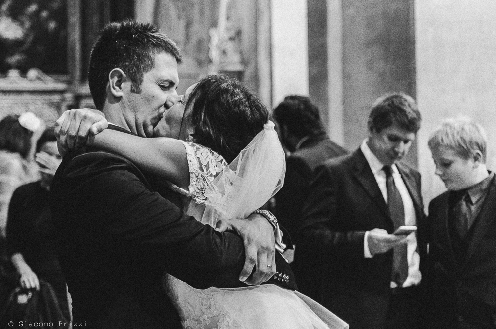 Bacio appassionato tra i due sposi, fotografo matrimonio ricevimento villa fanini, Lucca