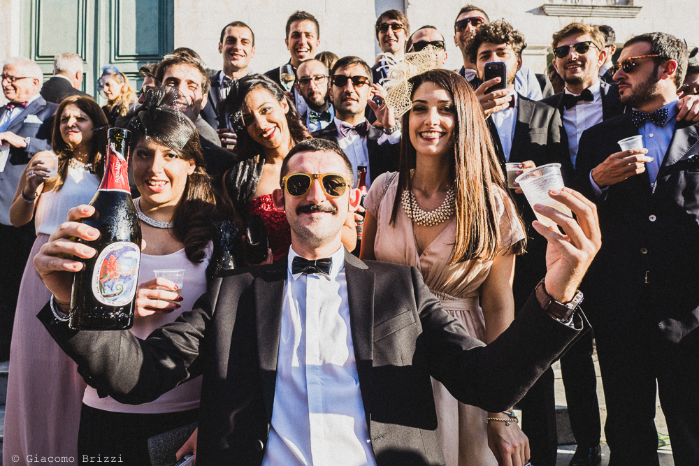 Gli invitati in foto di gruppo fuori la chiesa, fotografo matrimonio ricevimento villa fanini, Lucca