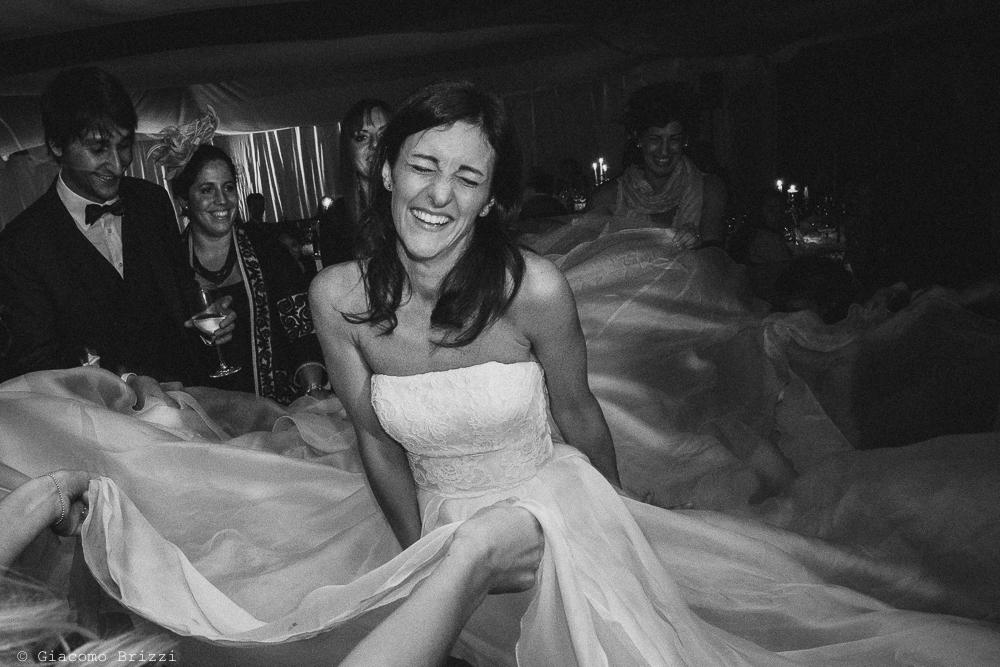 Foto della sposa divertita, fotografo matrimonio ricevimento villa fanini, Lucca