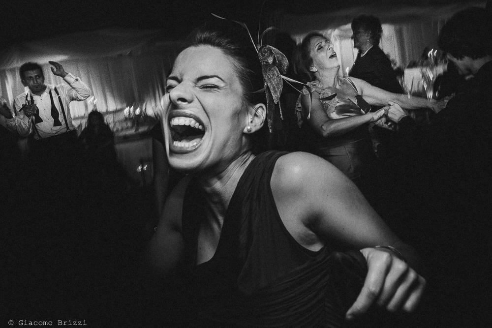Scatto di un invitata che balla in modo sfrenato, fotografo matrimonio ricevimento villa fanini, Lucca