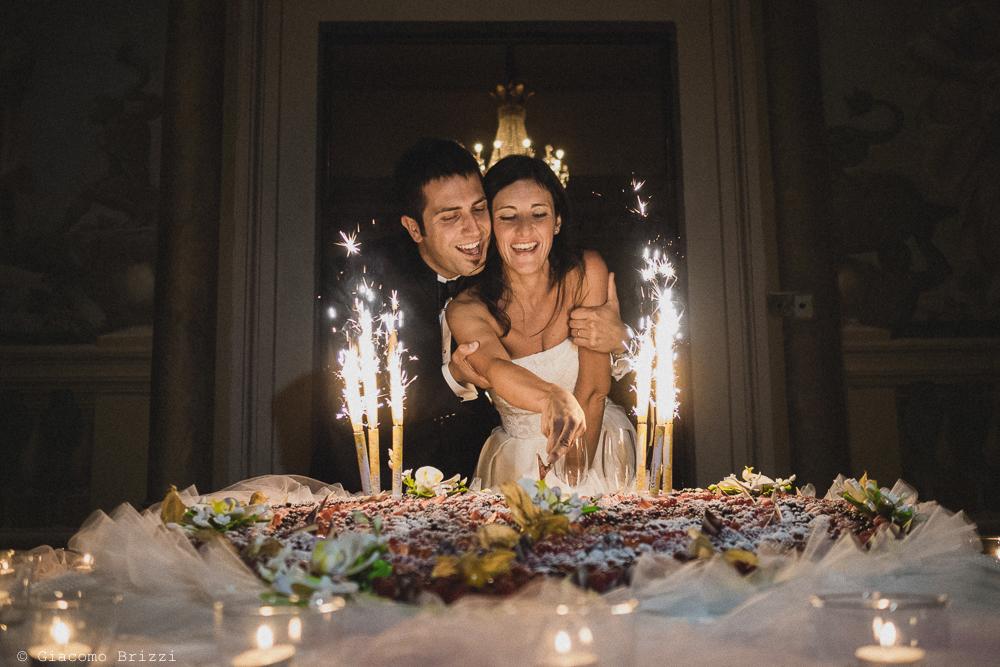 Gli sposi tagliano la torta, fotografo matrimonio ricevimento villa fanini, Lucca