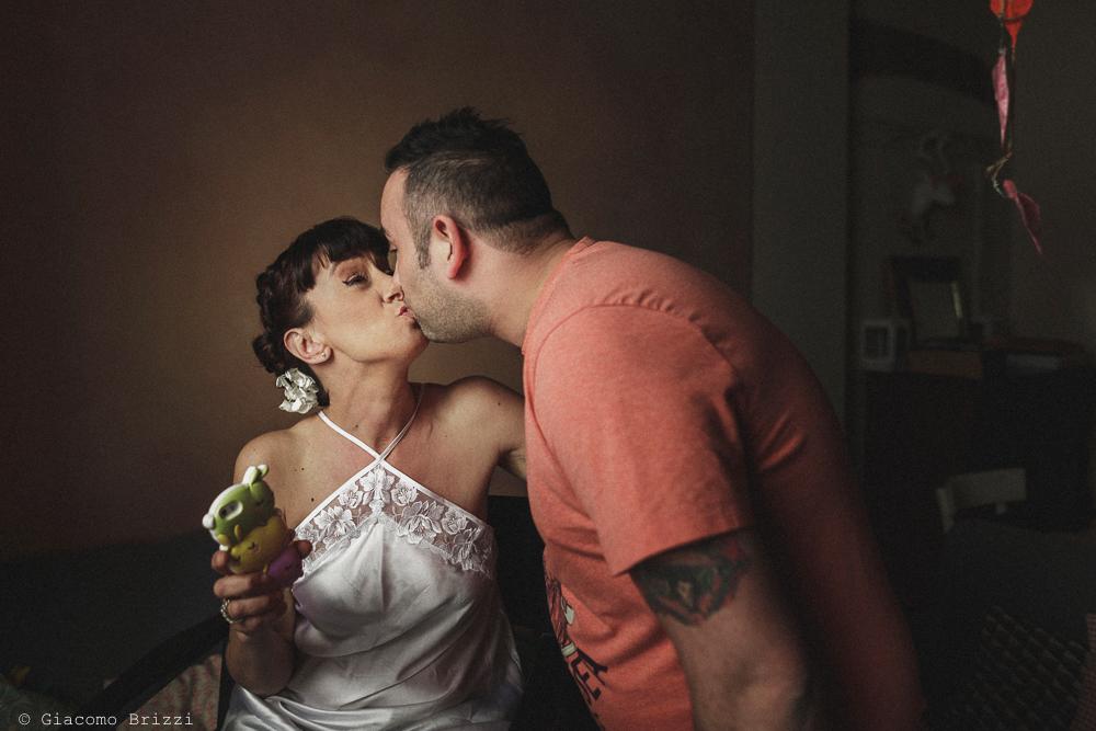Un bacio tra gli sposi, matrimonio Massa Carrara Toscana