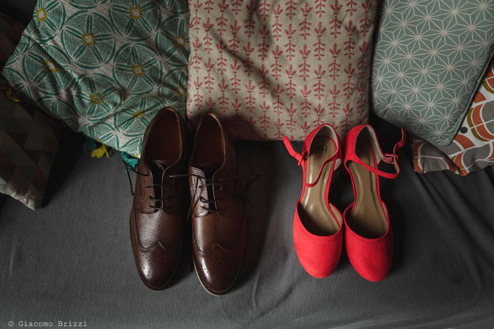 Dettaglio sulle scarpe degli sposi, matrimonio Massa Carrara Toscana