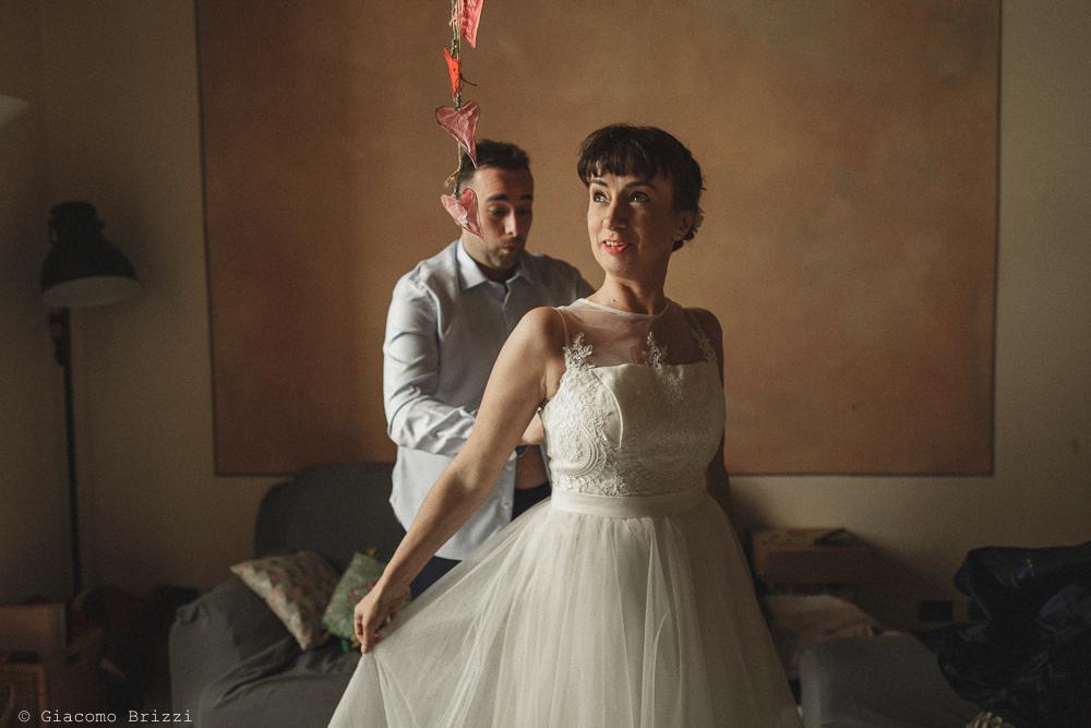 Lo sposo aiuta la sposa, matrimonio Massa Carrara Toscana