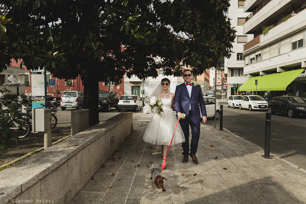 Gli sposi vanno verso la cerimonia, matrimonio Massa Carrara Toscana