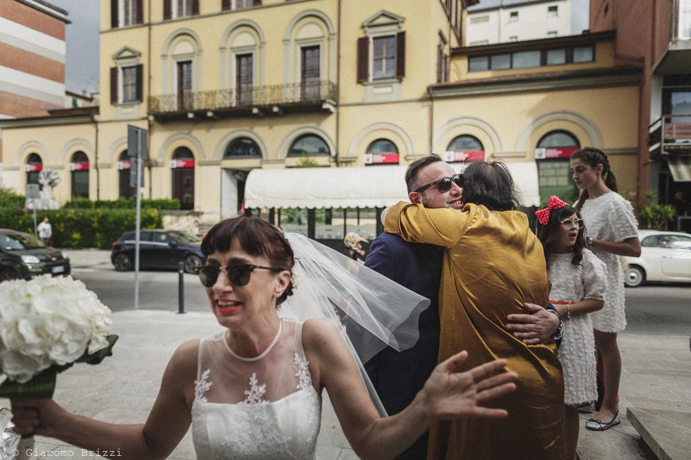 Un abbraccio agli sposi, matrimonio Massa Carrara Toscana