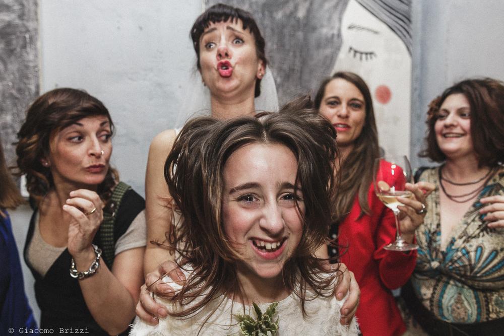 La sposa si diverte con i suoi invitati, matrimonio Massa Carrara Toscana